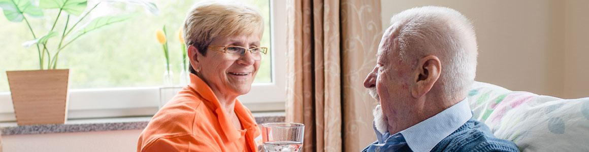 Senior und Pflegekraft